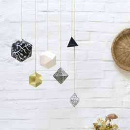 Mobile MI-KO collaboration Oko le petit Atelier & Millimetree, suspension polyèdres géométrique noir et blanc origami sérigraphie